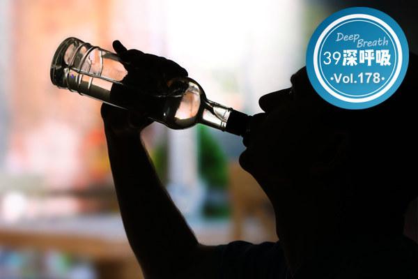 """嗜酒如命,你很可能患上了""""酒精依赖症"""",别让酒毁了你"""