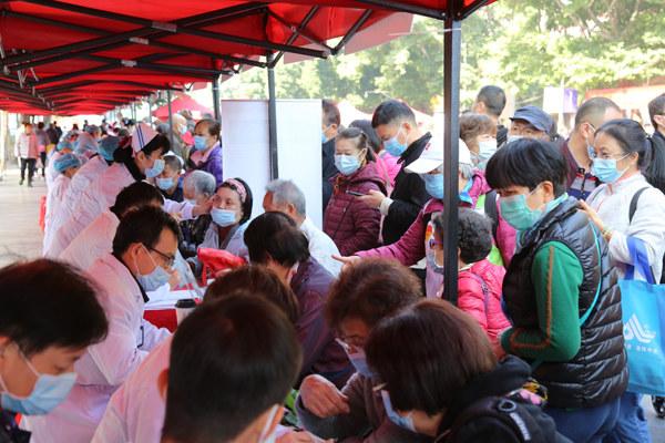 近50名中医名医走进同德围开展义诊,中医膏方受到街坊热捧