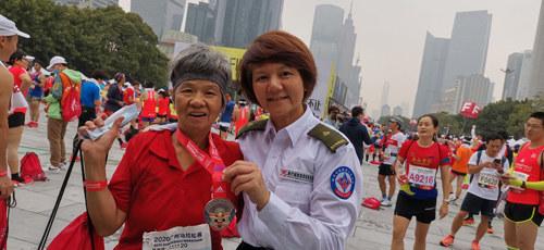 66岁老人参加广马突发意外,医疗急救志愿者暖心陪跑助她圆梦