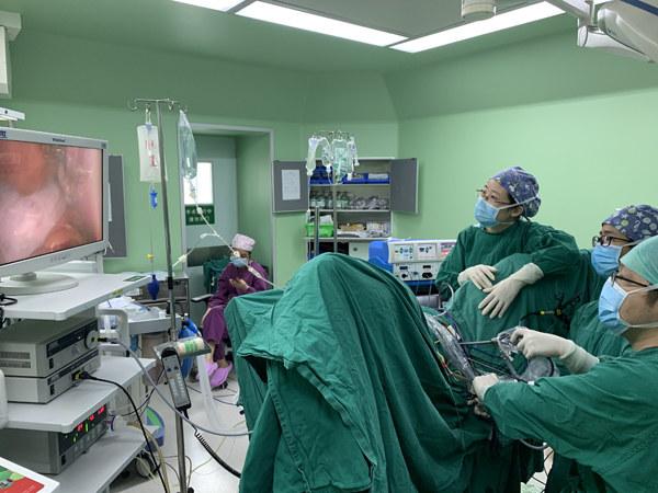 """担心手术留疤搁置半年,卵巢肿瘤越长越大!医生采用新术式""""无痕""""切瘤"""