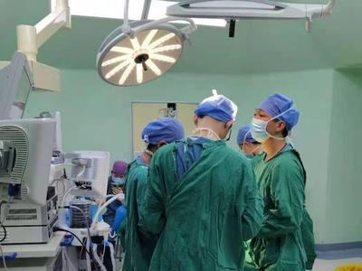 """夫妻双双患上腮腺瘤,医生""""同病异治""""定制个性化手术"""