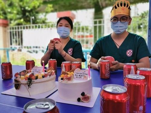 """惊喜来了!一医生在核酸采样点度过35岁""""战地生日"""""""