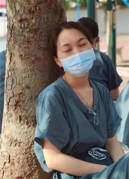直击核酸采样现场:姑娘!你睡着的样子有种让人心疼的美!